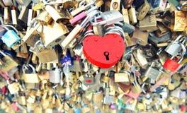 αγάπη Παρίσι κλειδωμάτων κόκκινος αυξήθηκε Στοκ φωτογραφίες με δικαίωμα ελεύθερης χρήσης
