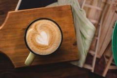 Αγάπη πρωινού με ένα φλιτζάνι του καφέ στοκ εικόνες
