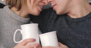 Αγάπη, σχέση, ζεύγος μαζί που πίνει το τσάι στο σπίτι απόθεμα βίντεο