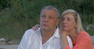 Αγάπη του ανώτερου ζεύγους με το ονειροπόλο βλέμμα απόθεμα βίντεο