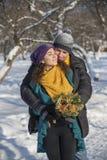 Αγάπη του κομψού νέου ζεύγους στο χειμερινό ιματισμό Στοκ εικόνες με δικαίωμα ελεύθερης χρήσης