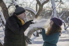 Αγάπη του κομψού νέου ζεύγους στο χειμερινό ιματισμό Στοκ φωτογραφίες με δικαίωμα ελεύθερης χρήσης