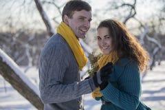 Αγάπη του κομψού νέου ζεύγους στο χειμερινό ιματισμό Στοκ Εικόνες