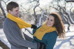 Αγάπη του κομψού νέου ζεύγους στο χειμερινό ιματισμό Στοκ εικόνα με δικαίωμα ελεύθερης χρήσης