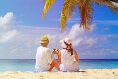 Αγάπη του κρασιού κατανάλωσης ζευγών στην τροπική παραλία στοκ εικόνες