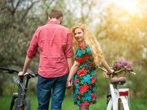 Αγάπη του νέου ζεύγους με τα ποδήλατα Στοκ Εικόνα