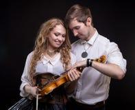 Αγάπη του νέου ζεύγους με το βιολί Στοκ εικόνα με δικαίωμα ελεύθερης χρήσης