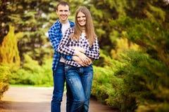 Αγάπη του νέου ζεύγους που αγκαλιάζει περπατώντας στοκ φωτογραφία με δικαίωμα ελεύθερης χρήσης