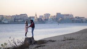 Αγάπη του νέου ζεύγους που απολαμβάνει τη φύση στην παραλία το φθινόπωρο Γέλιο, που αγκαλιάζει 4K η αργή Mo φιλμ μικρού μήκους