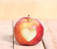 Αγάπη Apple μορφής καρδιών Στοκ Φωτογραφίες