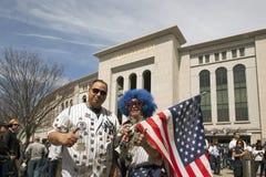 Αγάπη Lenny εκμετάλλευσης σημαιών και ανεμιστήρας Αμερικανού στο άνοιγμα Sta Αμερικανού ημέρας Στοκ εικόνα με δικαίωμα ελεύθερης χρήσης