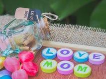 Αγάπη mom που συλλαβίζουν με τους ζωηρόχρωμους φραγμούς αλφάβητου Στοκ Φωτογραφίες