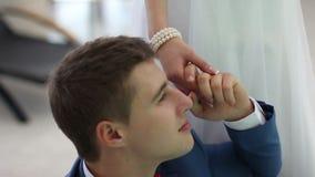 Αγάπη newlyweds που θέτει απόθεμα βίντεο