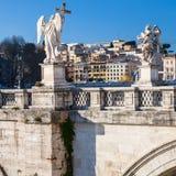 Αγάλματα αγγέλου στη γέφυρα αγγέλου του ST στην πόλη της Ρώμης Στοκ Φωτογραφία