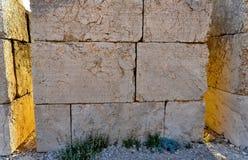 Αγάλματα γύρω από τον τάφο του βασιλιά Antochus Ι Commagene στην κορυφή του υποστηρίγματος Nemrut, κοντά σε Adıyaman, Τουρκία, Α Στοκ Εικόνες