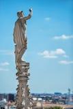 Αγάλματα στη στέγη του διάσημου καθεδρικού ναού Duomo του Μιλάνου στοκ εικόνα
