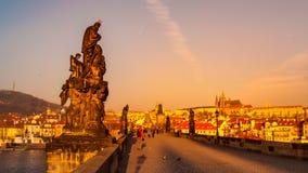 Αγάλματα της γέφυρας του Charles με το Κάστρο της Πράγας στο υπόβαθρο στο χρόνο ανατολής Πράγα, Δημοκρατία της Τσεχίας Στοκ Εικόνες