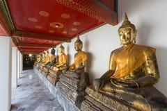 Αγάλματα του Βούδα με τα υφάσματα στο ναό Wat Pho Στοκ εικόνα με δικαίωμα ελεύθερης χρήσης