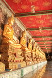 Αγάλματα του Βούδα περισυλλογής στο wat suthat, Ταϊλάνδη Στοκ Φωτογραφία