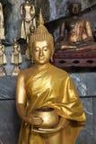 Αγάλματα του Βούδα στο ναό σπηλιών τιγρών κοντά στο krabi, Ταϊλάνδη Στοκ Εικόνα