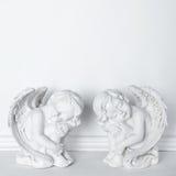 Αγάλματα του ύπνου Cupids στο άσπρο υπόβαθρο με το διάστημα αντιγράφων για το κείμενο Στοκ Φωτογραφίες
