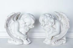 Αγάλματα του ύπνου Cupids στο άσπρο υπόβαθρο Στοκ Φωτογραφία