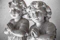 Αγάλματα των παιδιών στην προσευχή Στοκ Φωτογραφία