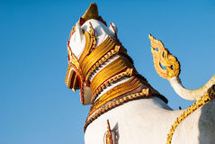 Αγάλματα φρουράς λιονταριών στον ταϊλανδικό ναό WANG Wiwekaram, Sangklaburi, Κ Στοκ Φωτογραφίες