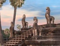 Αγάλματα Angkor στα σκαλοπάτια, Καμπότζη Στοκ φωτογραφία με δικαίωμα ελεύθερης χρήσης