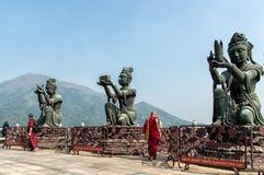 Αγάλματα Boddisathva Po Lin στο μοναστήρι, νησί Lantau, Hong Kon Στοκ Εικόνες