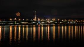 Αγία Πετρούπολη, γέφυρα τριάδας, ποταμός Neva, πυροβολισμός νύχτας στοκ φωτογραφίες