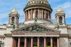 Αγία Πετρούπολη, Ρωσία - άποψη προσόψεων κινηματογραφήσεων σε πρώτο πλάνο του καθεδρικού ναού του ST Isaacs στοκ φωτογραφία