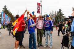 Αγία Πετρούπολη, Ρωσία - 10 Ιουλίου 2018: οι ανεμιστήρες των διαφορετικών χωρών φωτογραφίζονται πριν από το Παγκόσμιο Κύπελλο το  στοκ φωτογραφία