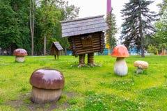 Αγία Πετρούπολη, Ρωσία - 10 Ιουλίου 2018: Παιδική χαρά παιδιών στο πάρκο με το χαρακτήρα των ρωσικών λαϊκών ιστοριών - μια καλύβα στοκ εικόνα με δικαίωμα ελεύθερης χρήσης