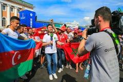 Αγία Πετρούπολη, Ρωσία - 18 Ιουνίου 2018: Δημοσιογράφος που παίρνει συνέντευξη από τους οπαδούς αθλήματος του Μαρόκου, της Αιγύπτ Στοκ Φωτογραφία