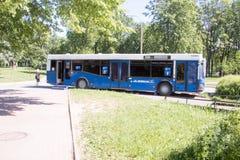 Αγία Πετρούπολη, Ρωσία 12 Ιουνίου 2019 Δημόσια τουαλέτα οδών υπό μορφή λεωφορείου r στοκ φωτογραφία