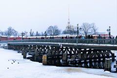 Αγία Πετρούπολη, Ρωσία, στις 2 Ιανουαρίου 2019 Η γέφυρα πέρα από το Neva στο Peter και το φρούριο του Paul και πολυάριθμοι τουρίσ στοκ εικόνα