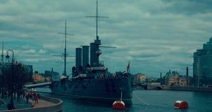 Αγία Πετρούπολη Ρωσία, στις 13 Μαΐου 2017: Η θρυλική επαναστατική αυγή ταχύπλοων σκαφών σκάφος-μουσείων στον ποταμό Neva απόθεμα βίντεο