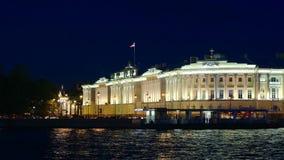 Αγία Πετρούπολη, Ρωσία: Φωτισμένο κτήριο Senat και ο ποταμός Neva στη νύχτα απόθεμα βίντεο