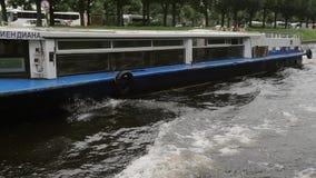 ΑΓΊΑ ΠΕΤΡΟΎΠΟΛΗ, ΡΩΣΙΑ - 25 Σεπτεμβρίου 2016 Λεωφορείο ποταμών Οι άνθρωποι που επισκέπτονται σε έναν ποταμό περιοδεύουν Ένας δρόμ απόθεμα βίντεο