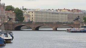 ΑΓΊΑ ΠΕΤΡΟΎΠΟΛΗ, ΡΩΣΙΑ: Σκάφη γύρου στον ποταμό Fontanka σε μια νεφελώδη ημέρα απόθεμα βίντεο