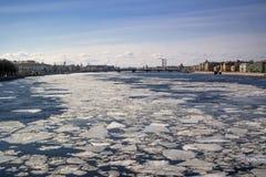 Αγία Πετρούπολη Άποψη του ποταμού Neva που καλύπτεται με τον πάγο Στοκ Εικόνες