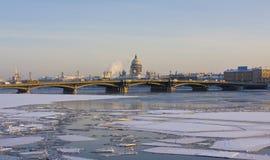 Αγία Πετρούπολη, καθεδρικός ναός του ST Isaak και γέφυρα παλατιών Στοκ εικόνα με δικαίωμα ελεύθερης χρήσης