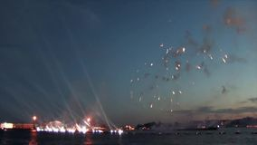 Αγία Πετρούπολη, Ρωσία, στις 20 Ιουνίου 2013: Πυροτεχνήματα στο ερυθρό φεστιβάλ πανιών προς τιμή τους πτυχιούχους των σχολείων φιλμ μικρού μήκους