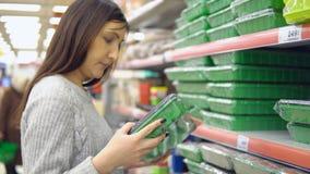 Αγαθά για τον κήπο Η νέα γυναίκα επιλέγει τα εμπορευματοκιβώτια για τα σπορόφυτα απόθεμα βίντεο