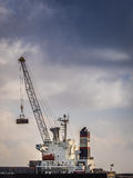 Αγαθά εκφόρτωσης φορτηγών πλοίων Στοκ φωτογραφία με δικαίωμα ελεύθερης χρήσης