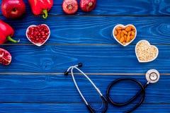 Αγαθό προϊόντων για την καρδιά και τα αιμοφόρα αγγεία Τα λαχανικά, φρούτα, καρύδια στην καρδιά που διαμορφώνεται κυλούν κοντά στο Στοκ εικόνα με δικαίωμα ελεύθερης χρήσης
