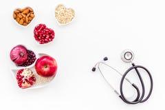 Αγαθό προϊόντων για την καρδιά και τα αιμοφόρα αγγεία Τα λαχανικά, φρούτα, καρύδια στην καρδιά που διαμορφώνεται κυλούν κοντά στο Στοκ εικόνες με δικαίωμα ελεύθερης χρήσης