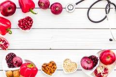 Αγαθό προϊόντων για την καρδιά και τα αιμοφόρα αγγεία Τα λαχανικά, φρούτα, καρύδια στην καρδιά που διαμορφώνεται κυλούν κοντά στο Στοκ Φωτογραφία