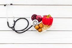 Αγαθό προϊόντων για την καρδιά και τα αιμοφόρα αγγεία Τα λαχανικά, φρούτα, καρύδια στην καρδιά που διαμορφώνεται κυλούν κοντά στο Στοκ φωτογραφίες με δικαίωμα ελεύθερης χρήσης